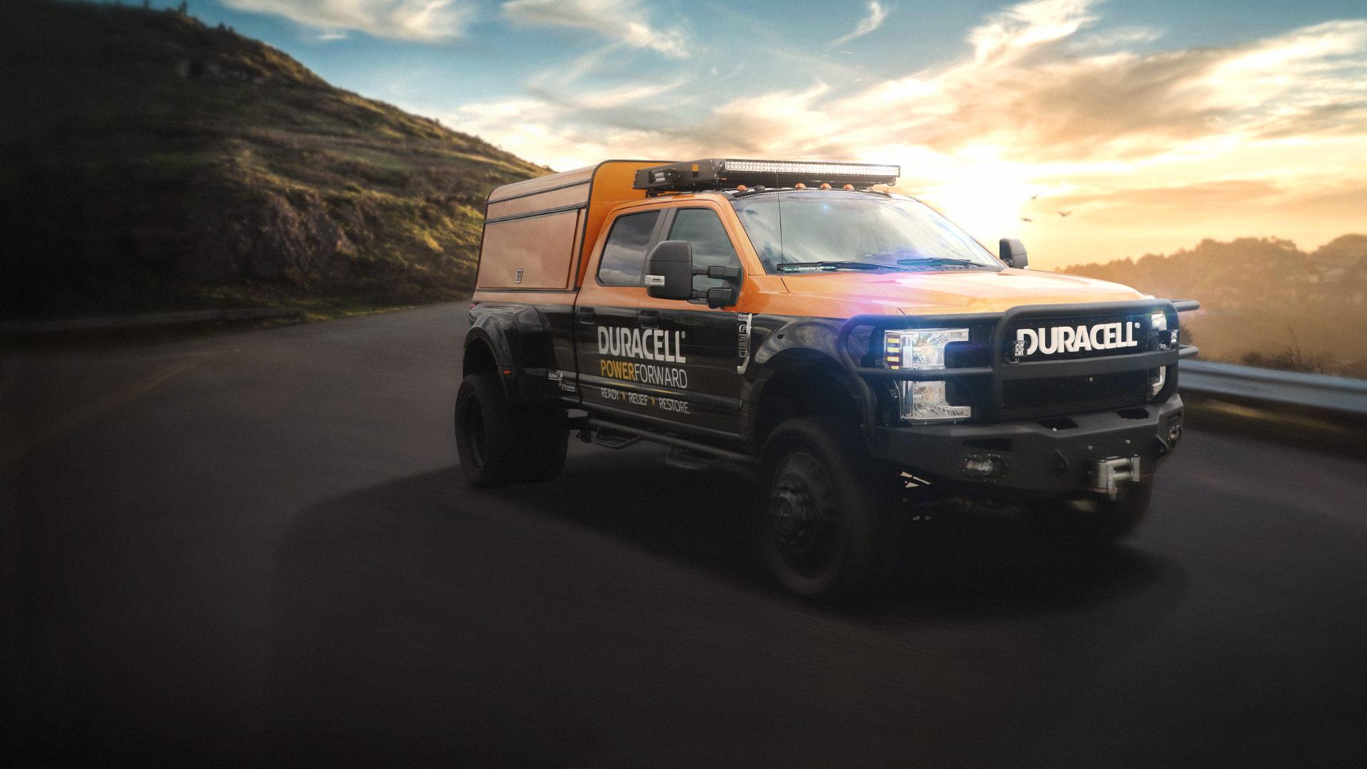 Camión PowerForward de cobre y negro en la carretera